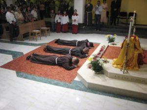 Onesti: Profesiunea solemna a fratilor Leonard Ghiurca, Mihail Vacaru si Catalin Cipca